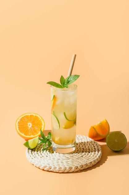 Koude en verfrissende limonade of cocktail met sinaasappel- en limoenschijfje. Premium Foto