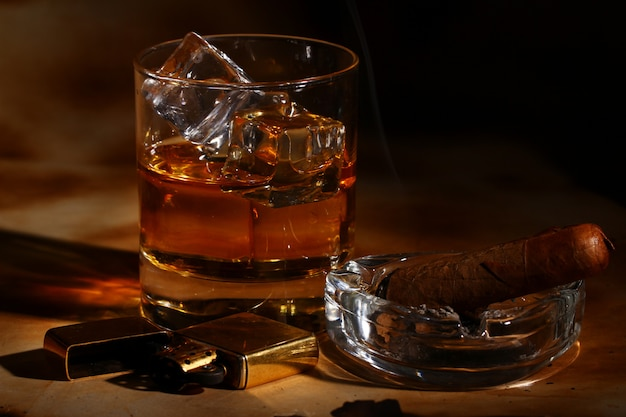 Koude whisky en sigaar Gratis Foto