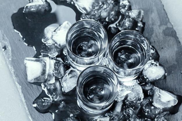 Koude wodka in borrelglaasjes. Premium Foto
