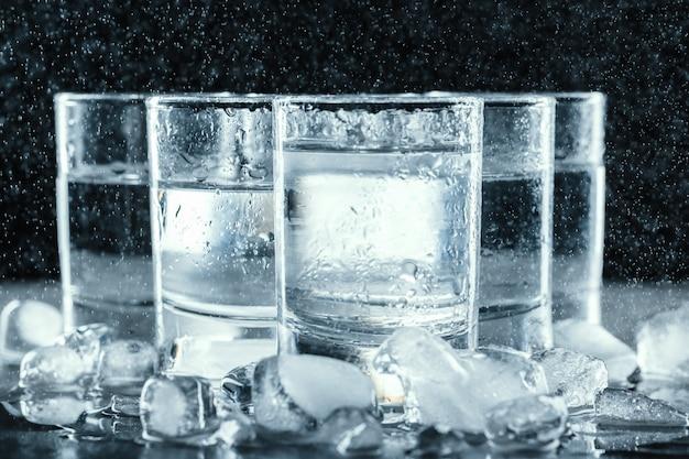 Koude wodka in borrelglaasjes Premium Foto
