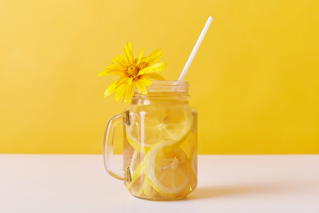 Koude zomer dorstlesser met schijfjes citroen en stro Gratis Foto