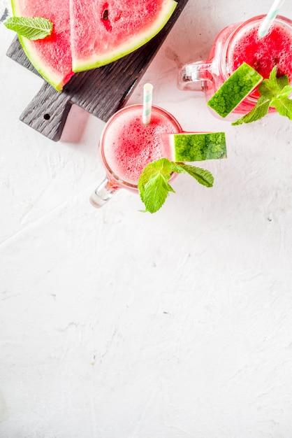 Koude zomer watermeloen smoothie Premium Foto
