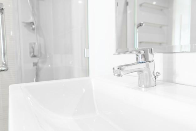 Kraan of kraan in de badkamer Premium Foto