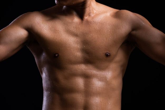 Kracht fitness lichaam met zweet Premium Foto