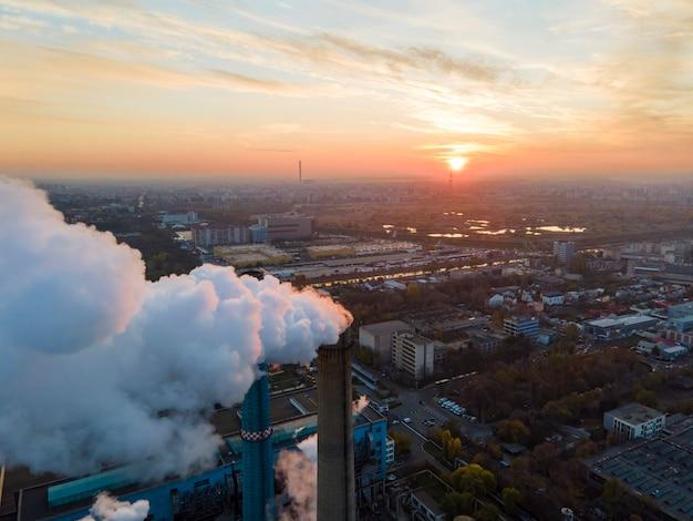 Krachtcentrale met veel buizen en faciliteiten in boekarest bij zonsondergang, veel schuim, uitzicht vanaf de drone, roemenië Premium Foto
