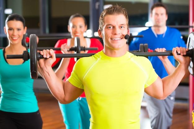 Krachttraining in de sportschool met halters Premium Foto