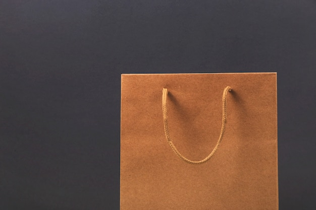 Kraft papieren zak op helder donker oppervlak. Premium Foto