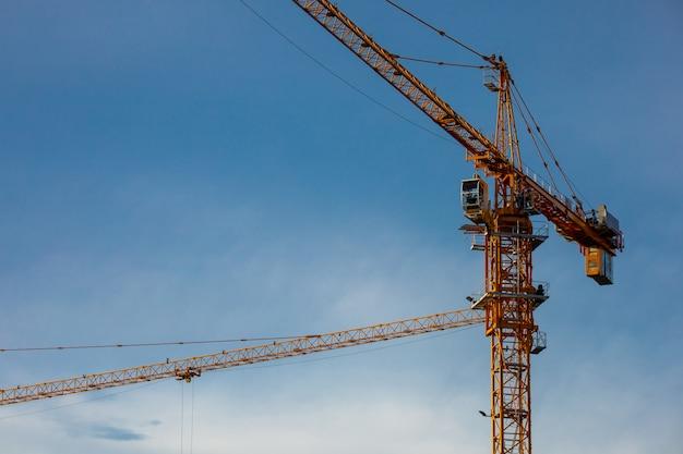 Kranen werken op een bouwplaats Premium Foto