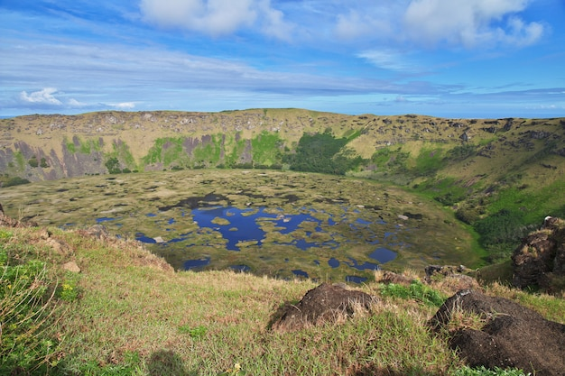 Krater van rano kau vulkaan in rapa nui, paaseiland, chili Premium Foto
