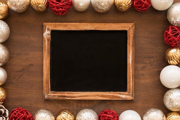Krijtbord met glanzende snuisterijen op tafel Gratis Foto