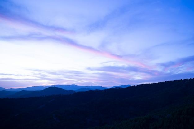 Kristal blauwe hemel met bergen Gratis Foto