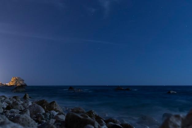 Kristalheldere nachthemel boven de oceaan Gratis Foto