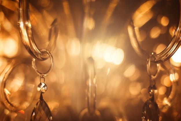 Kristalkroonluchter close-up. glamour achtergrond met kopie ruimte Premium Foto
