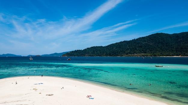 Kristalwater en wit strand in koh lipe in satun, zuidelijk thailand Premium Foto