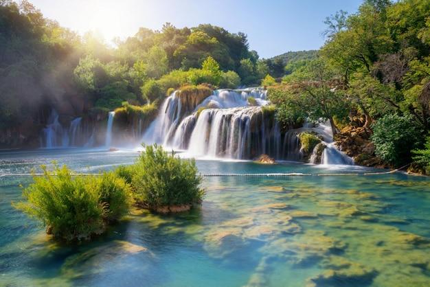 Krkawatervallen op de krka-rivier, kroatië. Premium Foto