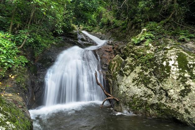 Krok-e-dok waterval in het nationale park van khao yai, thailand. Premium Foto