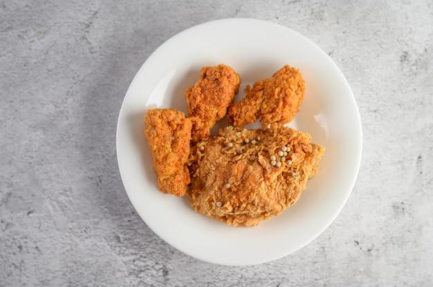 Krokant gebakken kip bestrooid met peperzaden Gratis Foto