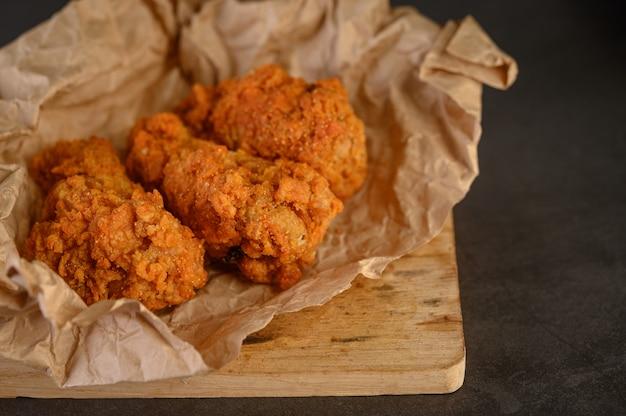Krokant gebakken kip op pakpapier Gratis Foto