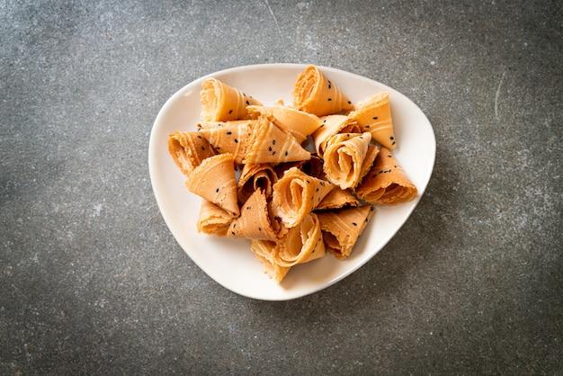 Krokante kokos roll (aziatische snack) op tafel Premium Foto