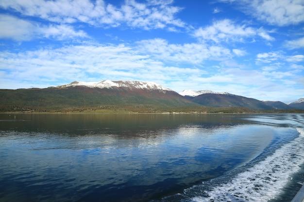 Kromme lijn van water schuim op de achtersteven van cruiseschip cruisen het beaglekanaal, patagonië, argentinië Premium Foto