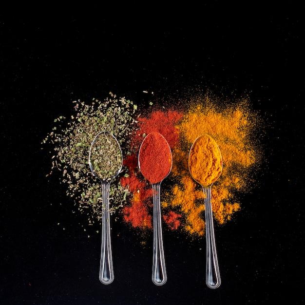 Kruiden en specerijen op lepels Gratis Foto