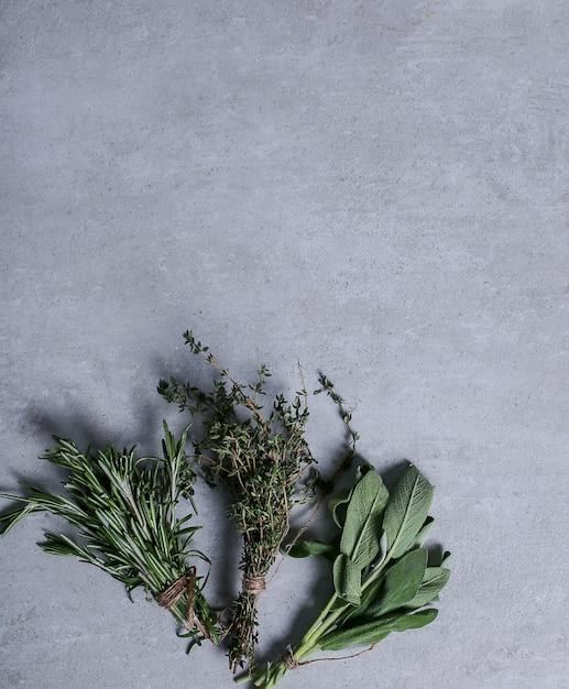 Kruiden op grijze achtergrond Gratis Foto