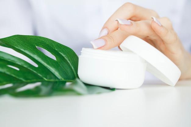 Kruidengeneeskunde. de wetenschapper, dermatoloog maakt het organische natuurlijke kruid cosmetische product in het laboratorium. schoonheid gezonde huidverzorging concept. cream, serum Premium Foto