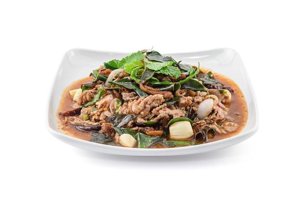 Kruidig fijngehakt duck salad dat op witte achtergrond, thais voedsel, larb ped wordt geïsoleerd. Premium Foto