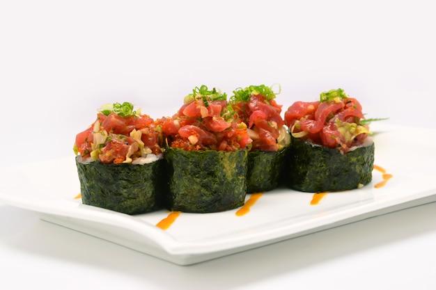 Kruidige chutoro-shushi, kruidige chutoro-broodjes in witte plaat op witte achtergrond Premium Foto