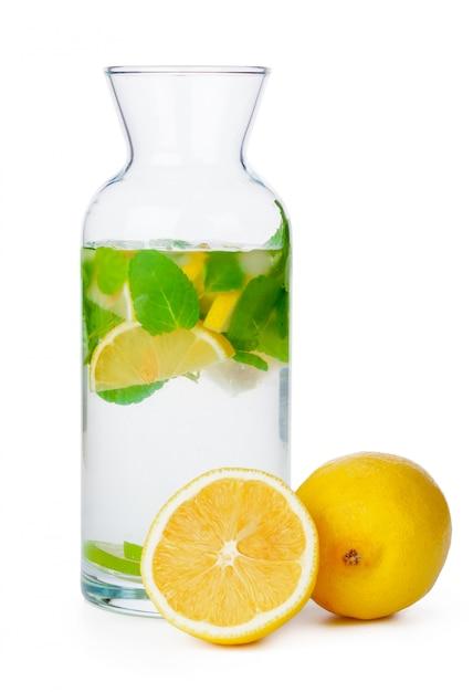 Kruik eigengemaakte limonade op witte achtergrond Premium Foto