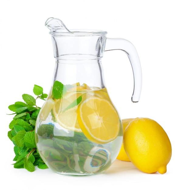 Kruik geïsoleerde limonade Premium Foto
