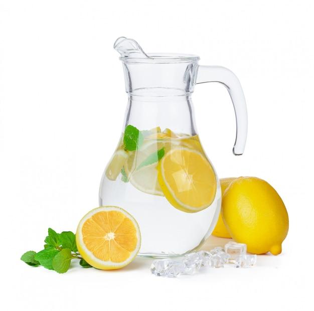 Kruik limonade op wit wordt geïsoleerd dat Premium Foto