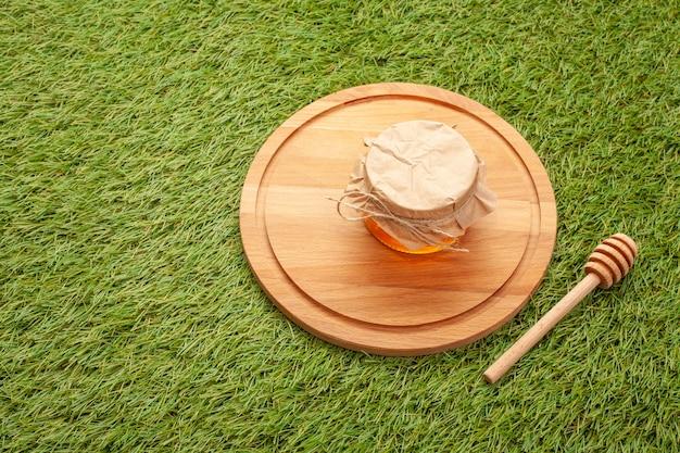 Kruik met eigengemaakte honing op een houten raad Gratis Foto