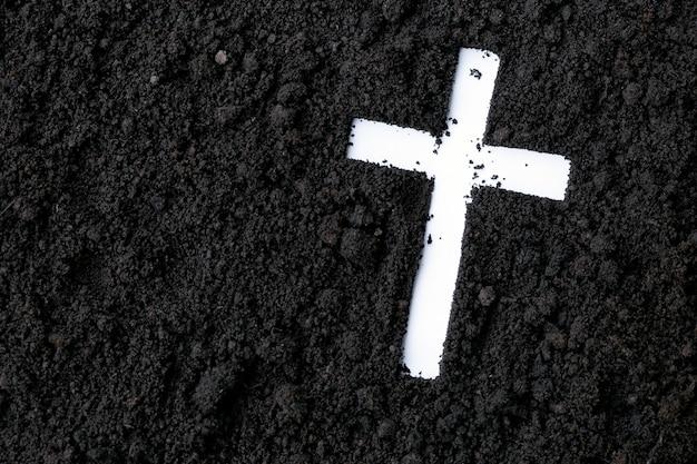 Kruis of crucifix gemaakt van as, stof of zand. as woensdag. lent. christelijke religie. Premium Foto