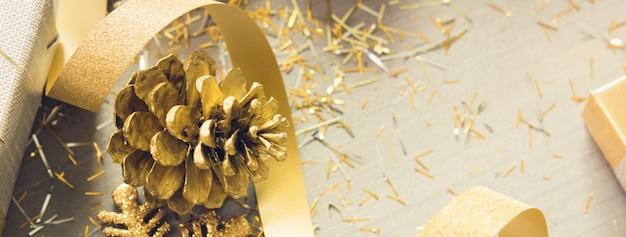 Krullend lint met flikkering kerstmis die punten op houten bannerachtergrond verfraaien Premium Foto
