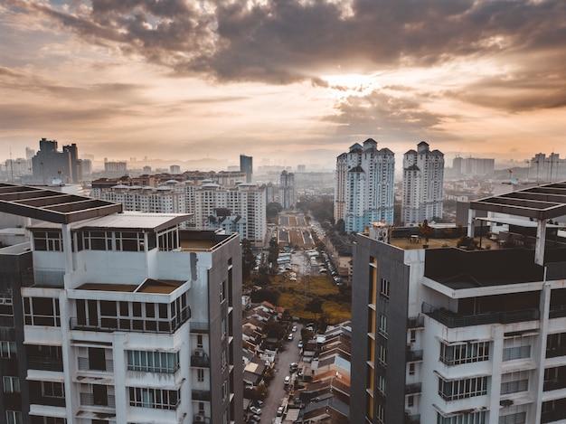 Kuala lumpur gebouwen onder een bewolkte hemel in maleisië Gratis Foto