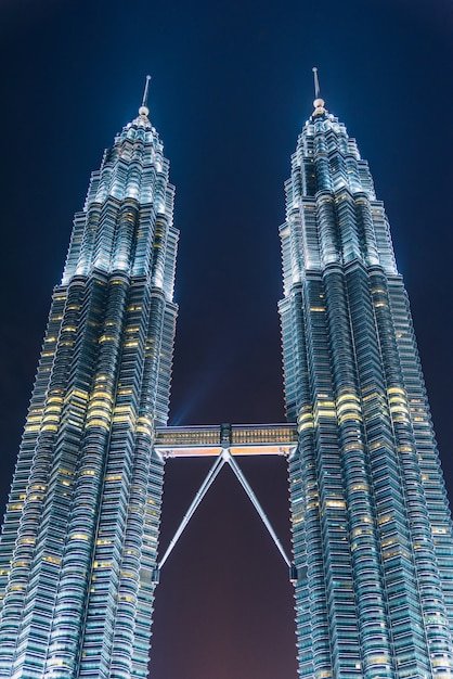 Kuala lumpur-wolkenkrabber bij schemering in maleisië Premium Foto