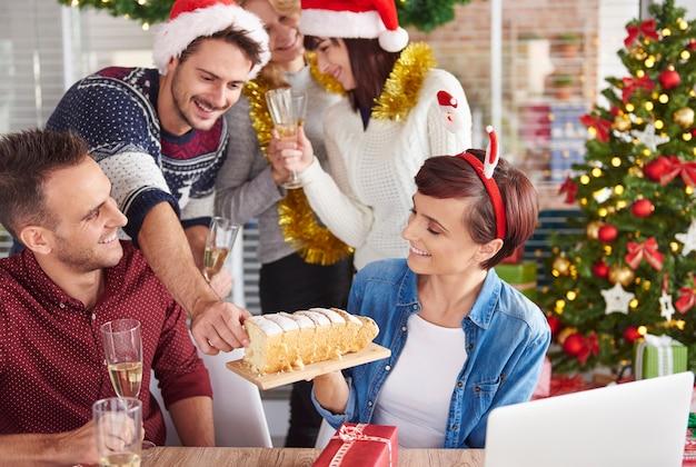 Kunnen we heerlijke kersttaart proberen? Gratis Foto