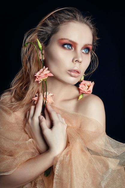 Kunst schoonheid meisje gezicht close-up met roos in handen Premium Foto
