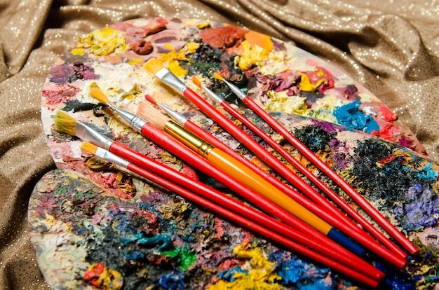 Kunstconcept met palet en borstels Premium Foto