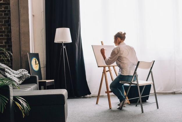 Kunstenaar schilderij in de woonkamer Foto | Gratis Download