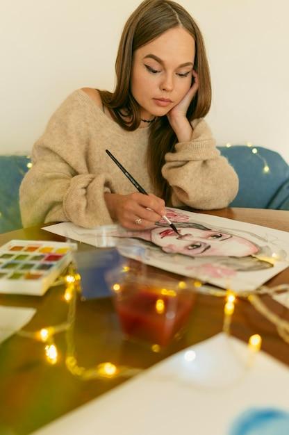Kunstenaar vrouw schilderij een portret Gratis Foto