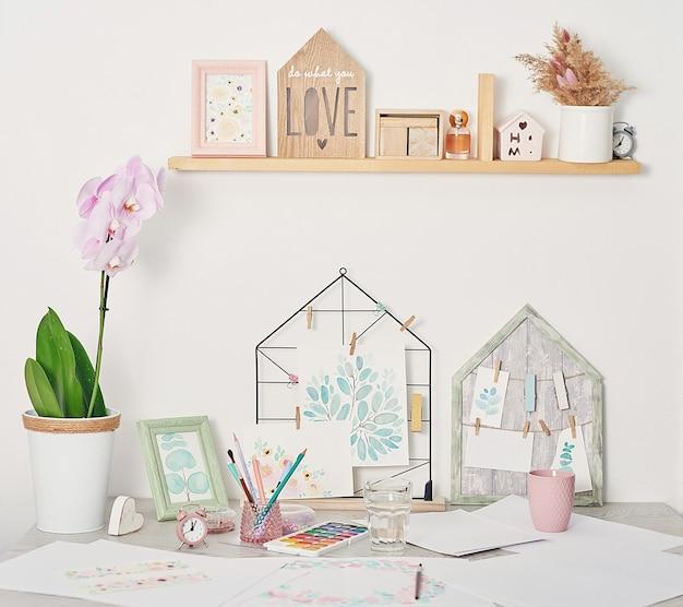 Kunstenaarswerkplaats met kunstbenodigdheden penselen, verf en aquarellen Premium Foto