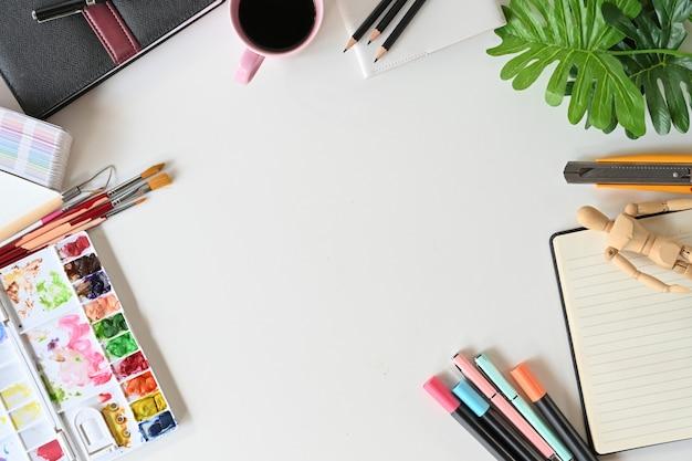 Kunstenaarswerkruimte met het schilderen van materiaal. Premium Foto