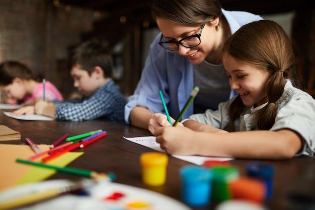 Kunstleraar werken met kinderen Premium Foto