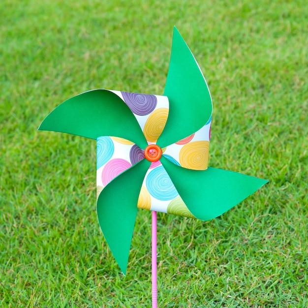 Kunstmatige windturbinekleuren geborduurd op het gazon Premium Foto