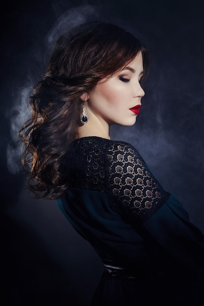 Kunstportret van een aziatische jonge donkerbruine vrouw Premium Foto