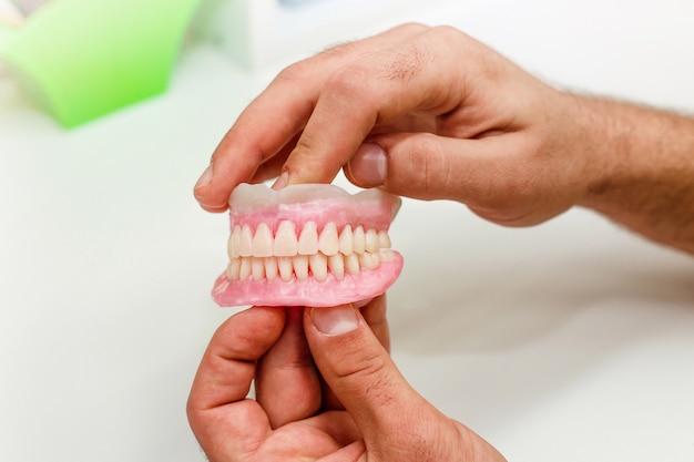 Kunsttanden van volle mond in de tandartspraktijk Gratis Foto