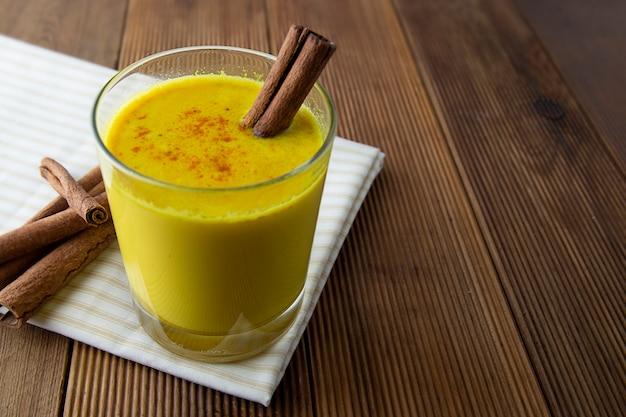 Kurkuma gouden melk met honing, kaneel. remedie voor vele ziekten. Premium Foto