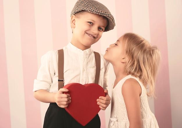 Kussend paar in valentijnsdag Gratis Foto